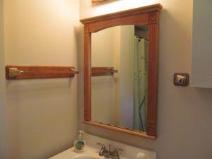 Повесить полочку в ванную